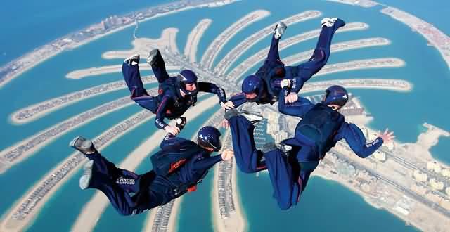 بطولة العالم للقفز بالمظلات.. ابداعات في سماء دبي