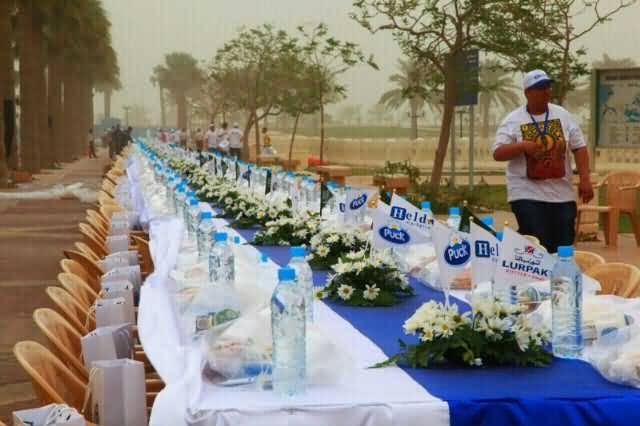 صورة الشارقة تدخل غينيس بأطول مائدة افطار في العالم