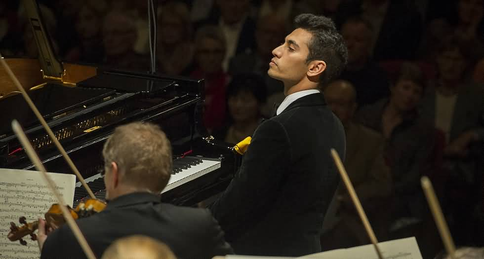 صورة لجنة دبي للحفلات تستضيف عازف البيانو أرشا كافياني