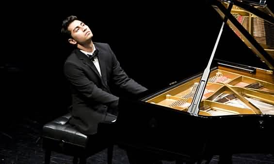 صورة حفل عازف البيانو أرشا كافياني للمرة الثانية خلال هذه السنة في دبي