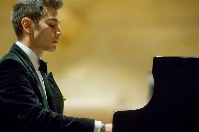صورة حفل عازف البيانو أرشا كافياني للمرة الثالثة خلال هذه السنة في دبي