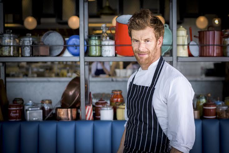 """توم ايكينز يفتتح مطعمه الجديد """"بوتس، بانز آند بوردز""""  في دبي"""