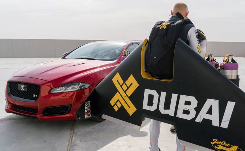 بالفيديو .. الرجل الطائر و سيارة جاغوار في سباق أسطوري بصحراء دبي