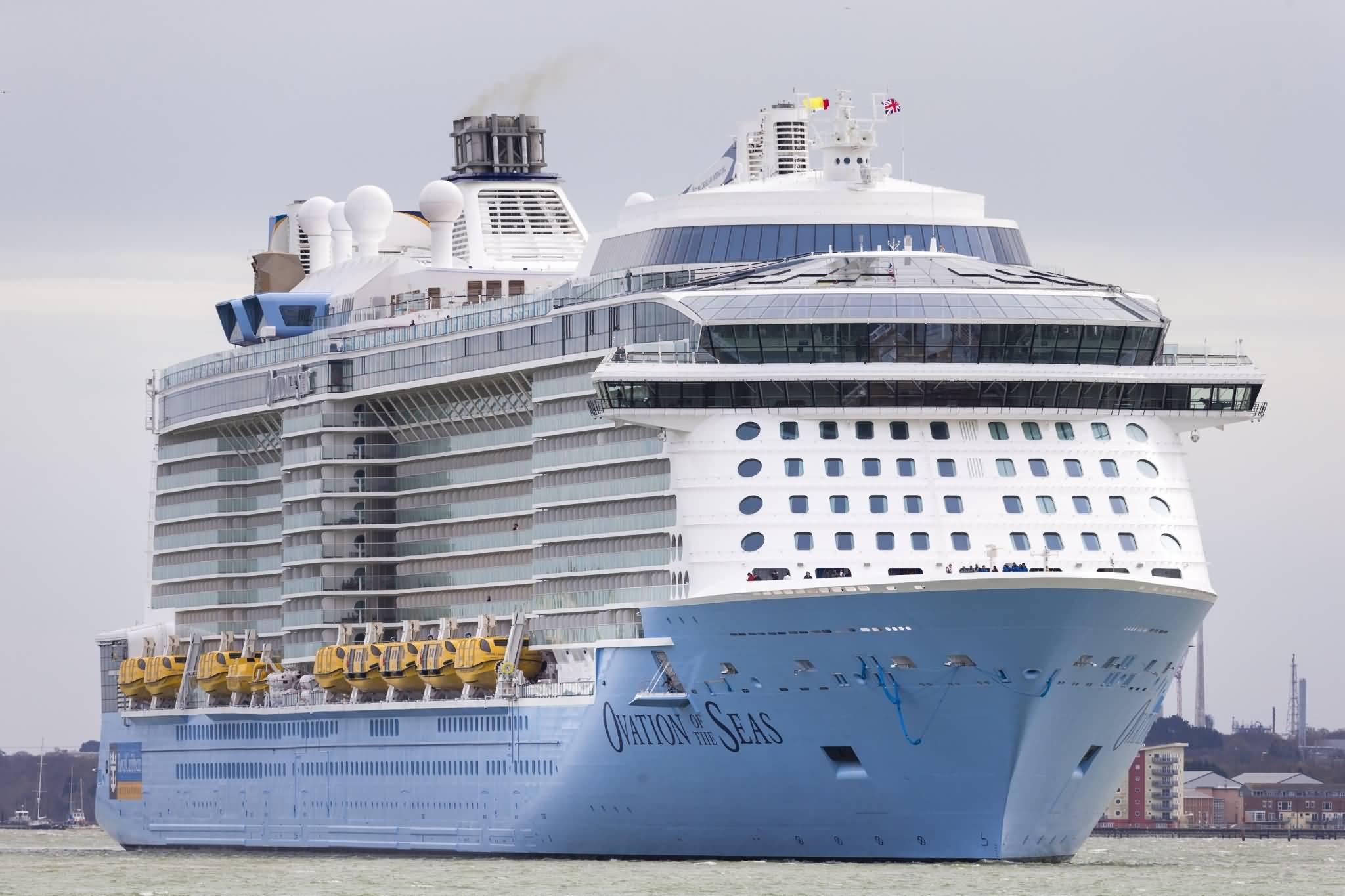 دبي تستقبل الباخرة السياحية العملاقة أوڤيشن أوف ذا سيز