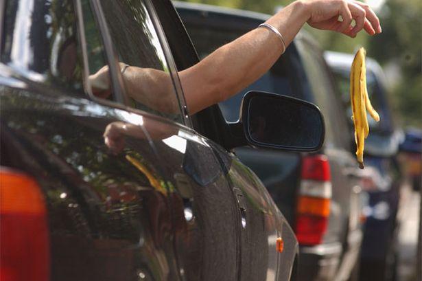 ما هي عقوبة رمي النفايات من السيارة على الطريق في دبي ؟