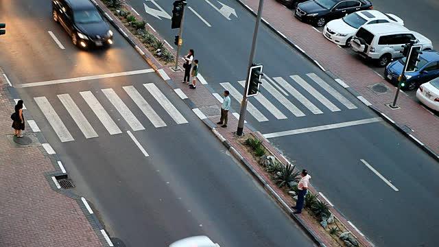 ماهي عقوبة عدم السماح للمشاة بعبور الشارع  ؟
