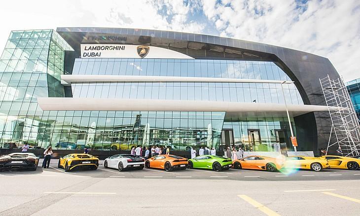 Photo of جولة في أكبر صالة عرض لامبورغيني بالعالم في دبي
