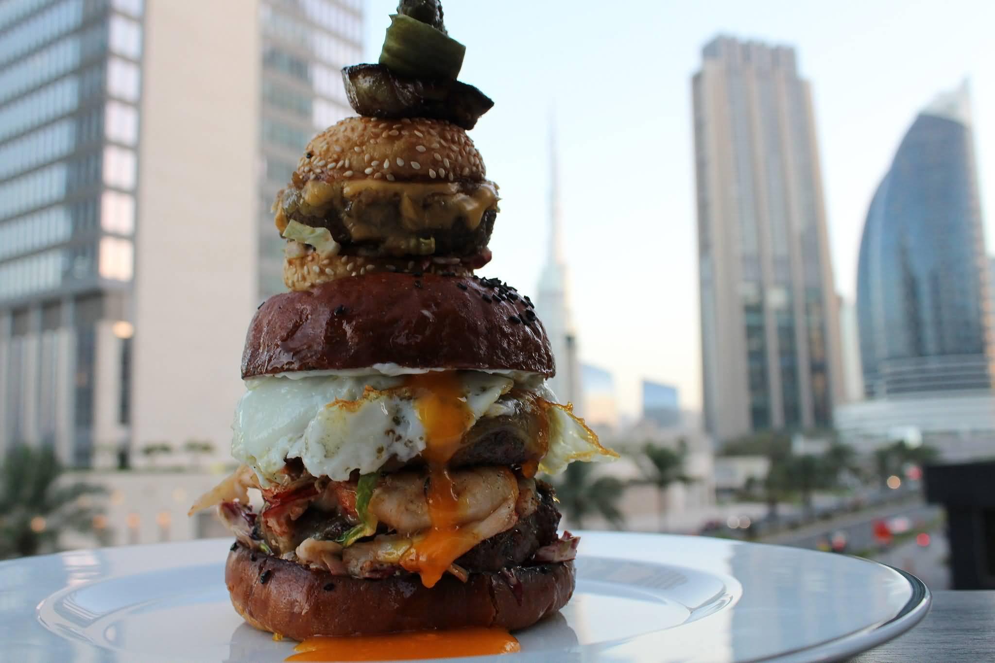 هل يجوز عرض المواد الغذائية أمام المطاعم في دبي ؟