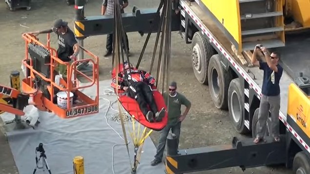 بالفيديو .. مغامرة المنجنيق البشري في سكاي دايف دبي