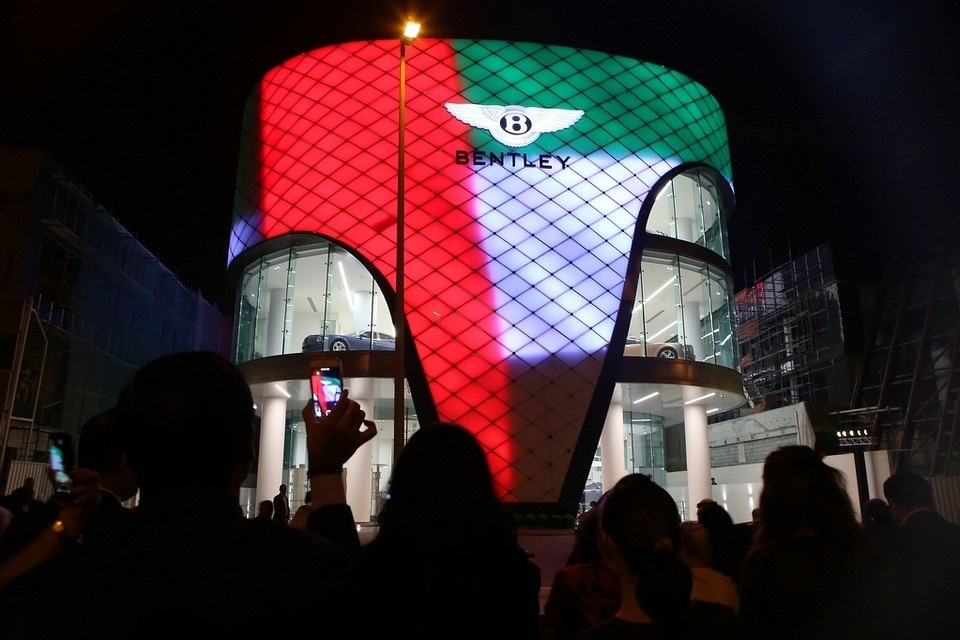 Photo of دبي تضم أكبر صالة عرض لسيارات بنتلي