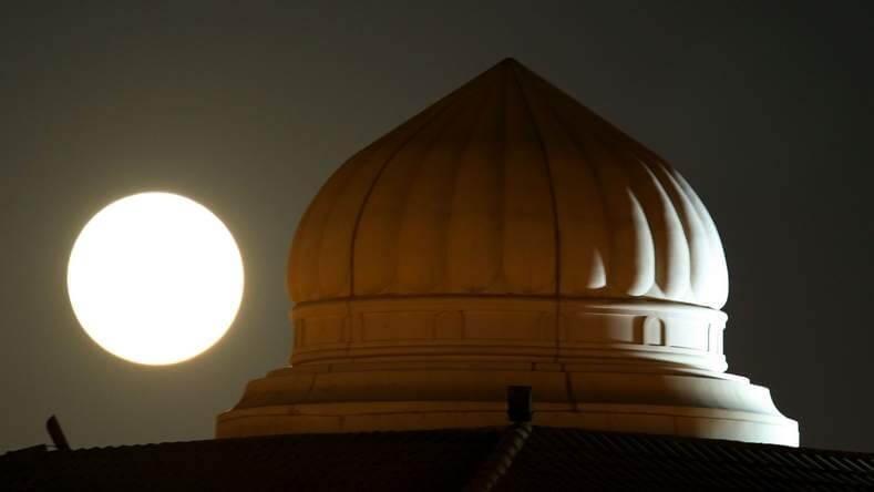 أجمل الصور الملتقطة لظاهرة القمر العملاق في دبي