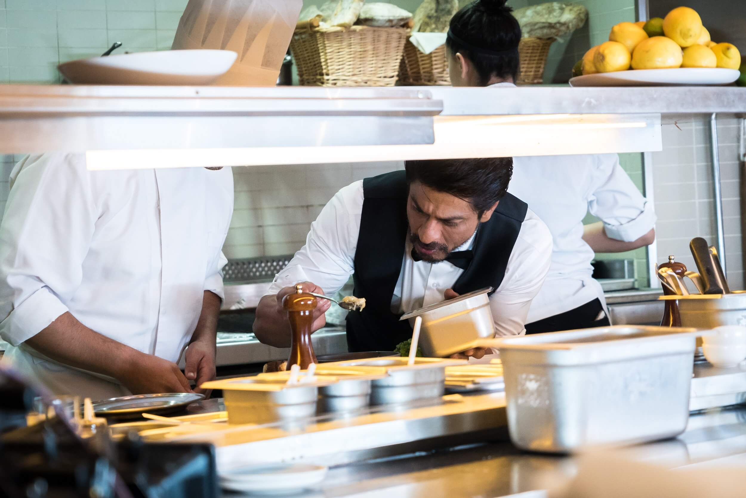 shah-rukh-savouring-the-flavours-in-dubai-1