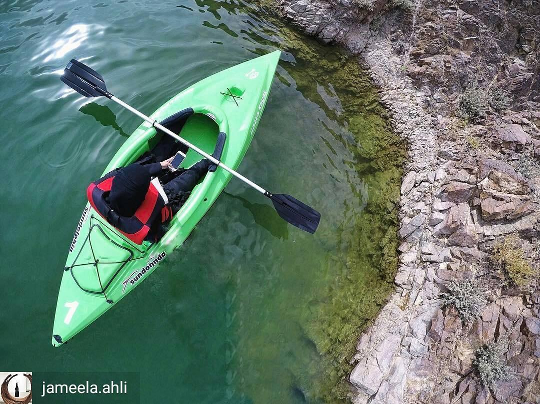 hatta kayak تقدم فرصة ركوب قوارب التجديف في بحيرة حتا