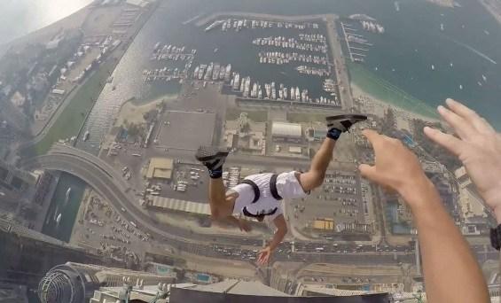 بالفيديو .. مغامرون يقفزون من أعلى برج الأميرة بدبي