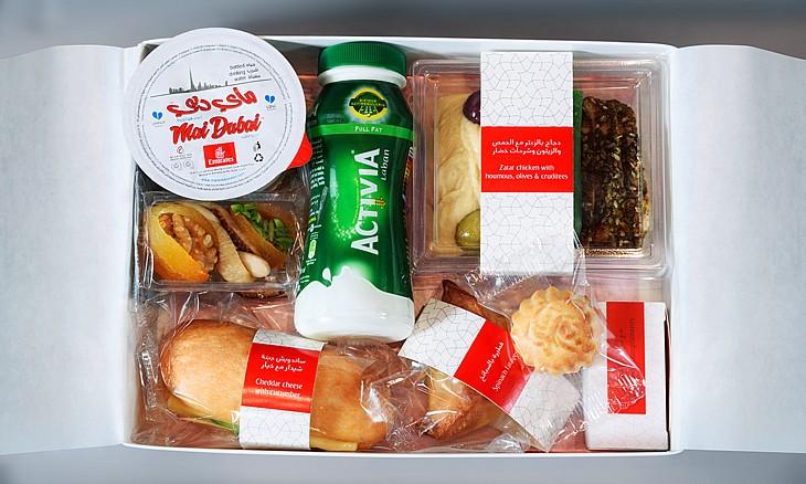 شركة طيران الإمارات تقدم علب إفطار رمضان غنية بالطعام و مميزة بتصميمها