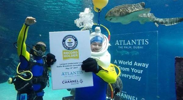 بالفيديو … غينيس تسجل أطول بث إذاعي حي من تحت الماء في دبي