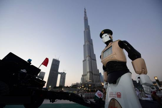 Photo of شاهد كيف أطلق شرطي دبي الآلي مدفع الإفطار