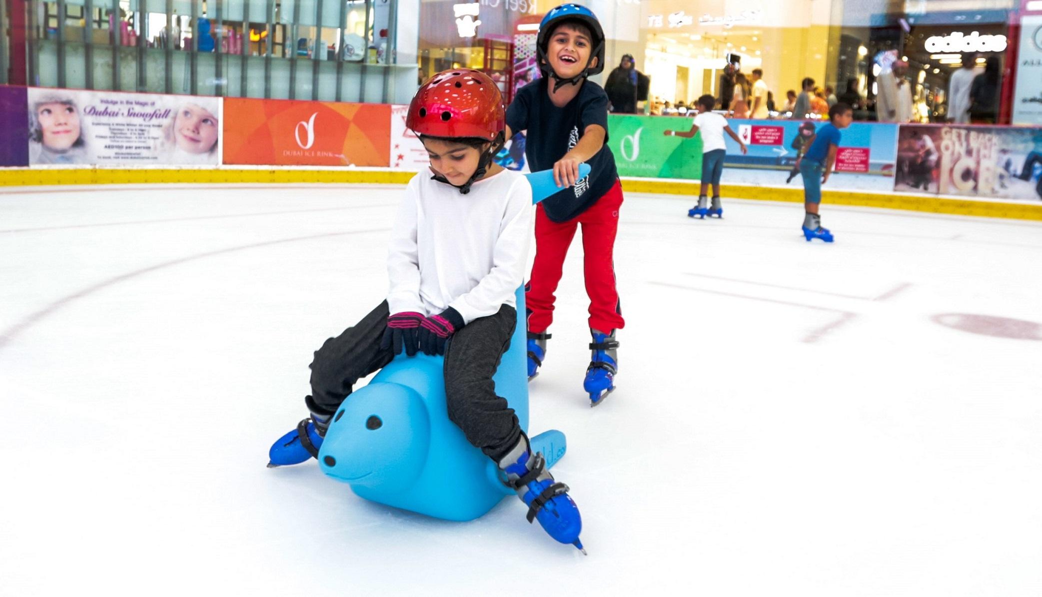 حلبة دبي للتزلج تقدم دروس تزلج مع الفقمة بوبي