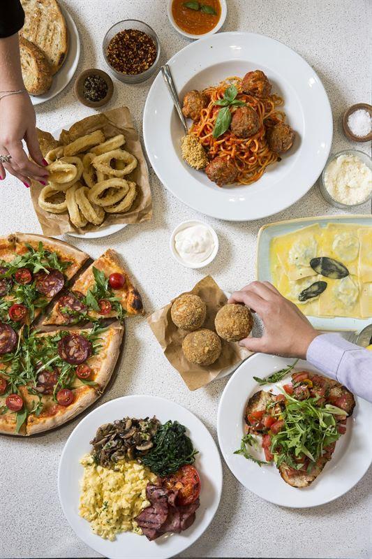 مطعم كارلوتشيوز يقدم قائمة طعام جديدة لطلبات التوصيل