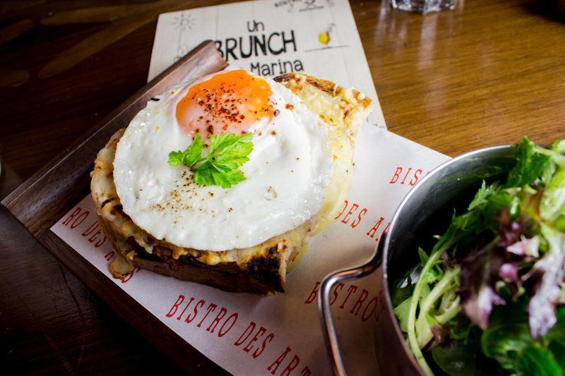 مطعم بيسترو دي آرتس يقدم فطور على الطريقة الباريسية