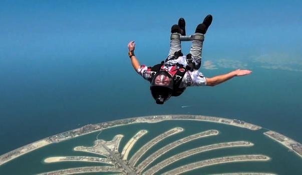 مصاب بالشلل قام بالقفز الحر في الإمارات 5000 مرة !!!