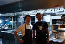 اللاعب ريان غيغز يفاجئ شيف المشاهير سكوت برايس في مطعمه