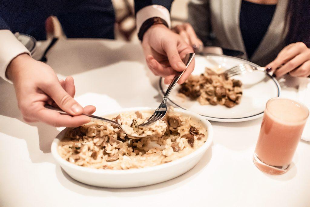 طبق الروزوتو الإيطالي مع الكمأة المقدم في مطعم تشيبرياني ياس مارينا أبوظبي