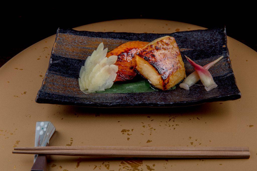 باقة الأطباق اليابانية التقليدية في مطعم كوهانتي