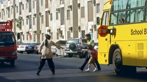 عقوبة عدم التوقف عند رؤية الحافلات المدرسية على جانب الطريق