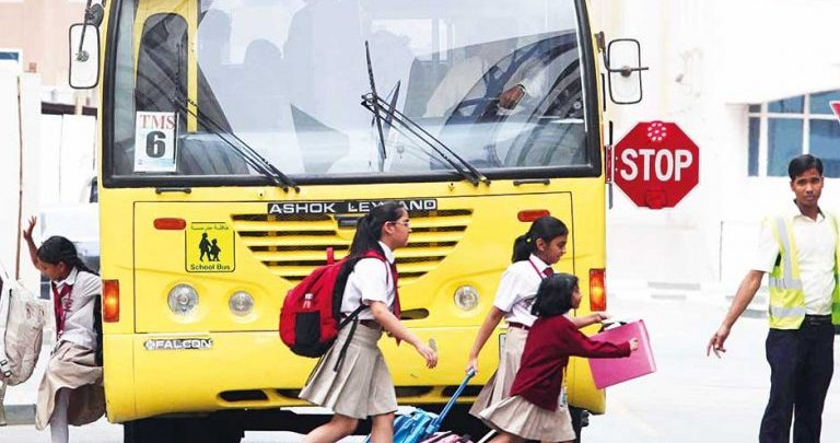 عقوبة عدم التوقف عند رؤية الحافلات المدرسية
