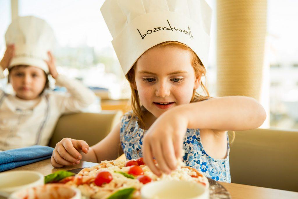 فرصة خاصة بالأطفال لإعداد البيتزا في مطعم بوردووك
