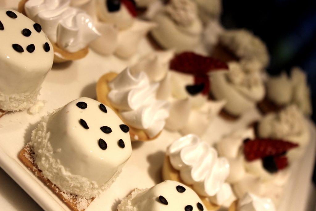 تشكيلة متنوعة من الحلويات الفرنسية في دبي