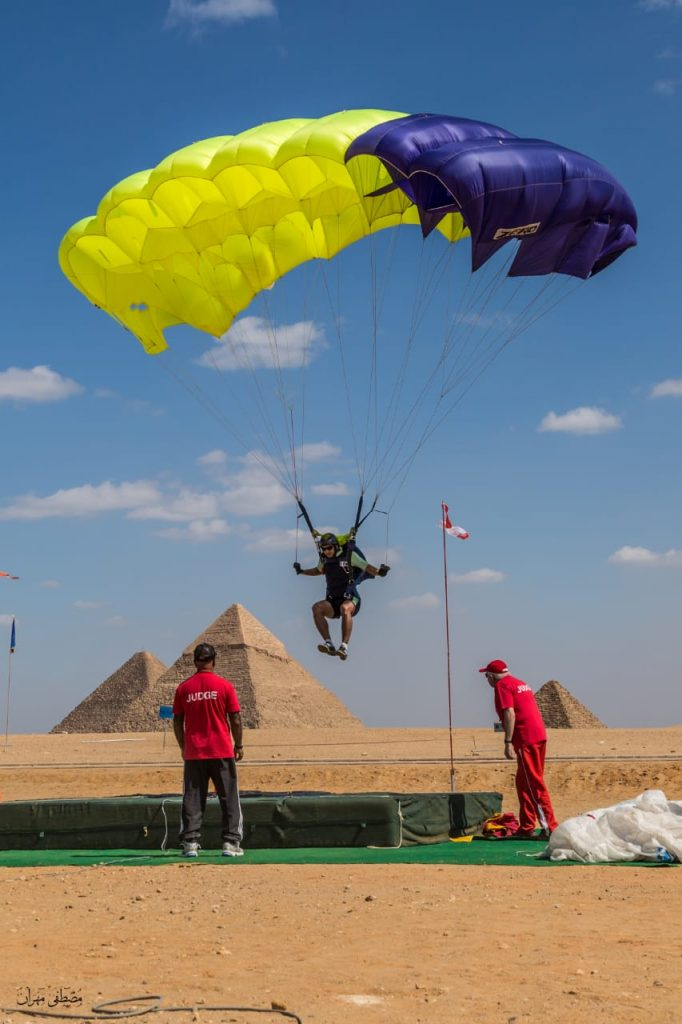 أول فعالية دولية للقفز بالمظلات فوق أهرامات الجيزة