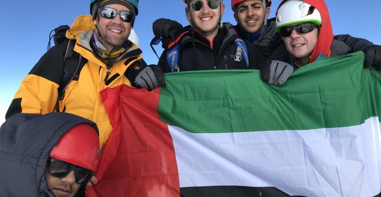 علم الإمارات يَشْمَخُ عالياً فوق أعلى قمة جبلية في إيطاليا