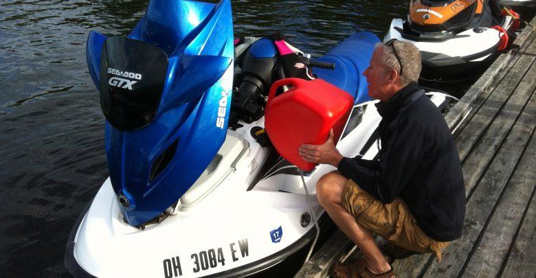 عقوبة تزويد الدراجات المائية بالوقود في الماء