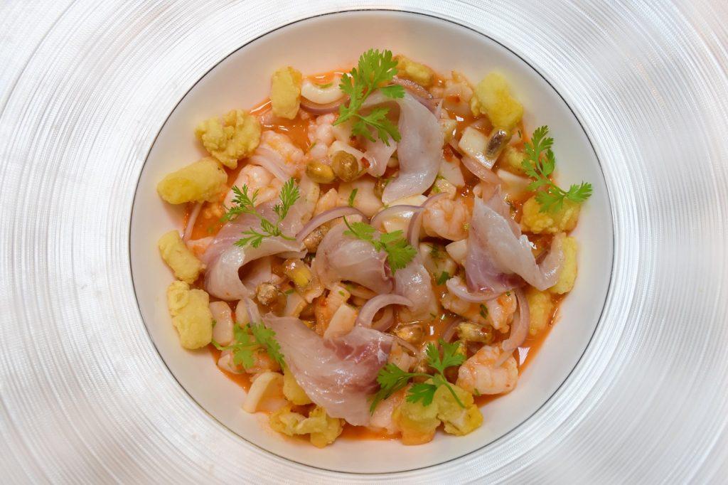 تشكيلة الأطباق البيروفية من مطعم ليمو