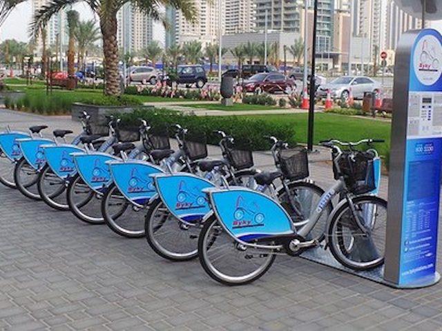 ركوب الدراجة حول مرسى دبي