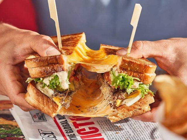طبق البرجر في Blaze Burgers