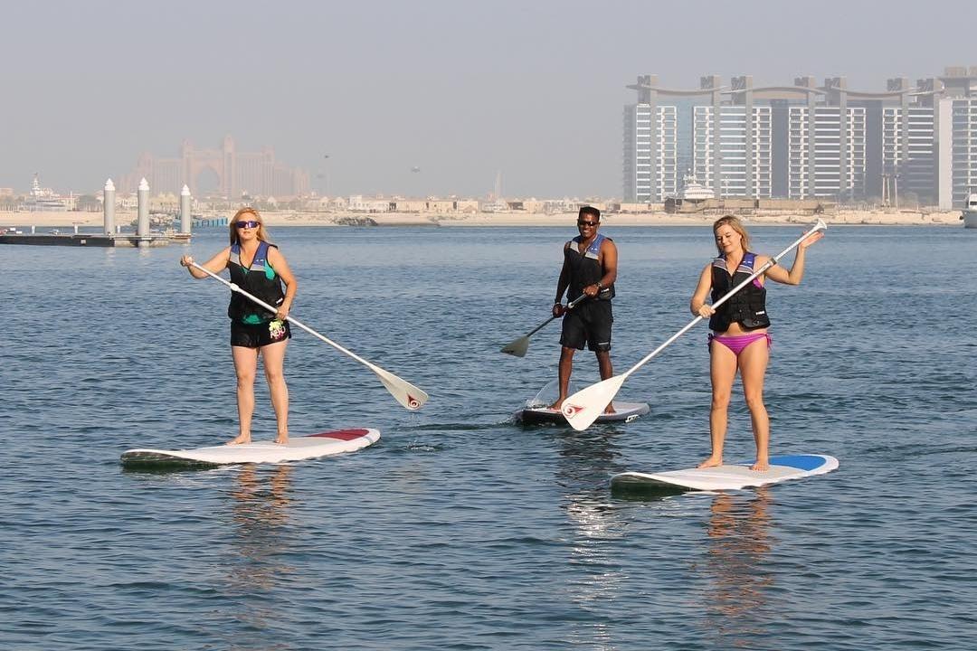لعبة Pad Stand Paddle Boarding في نادي دبي الدولي للرياضات البحرية DIMC