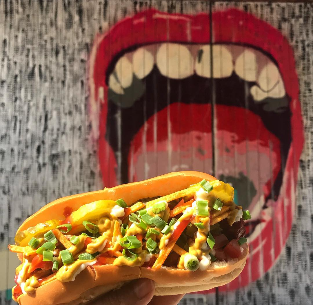 مطعم ذا هوت دوغ ستاند The Hot Dog Stand