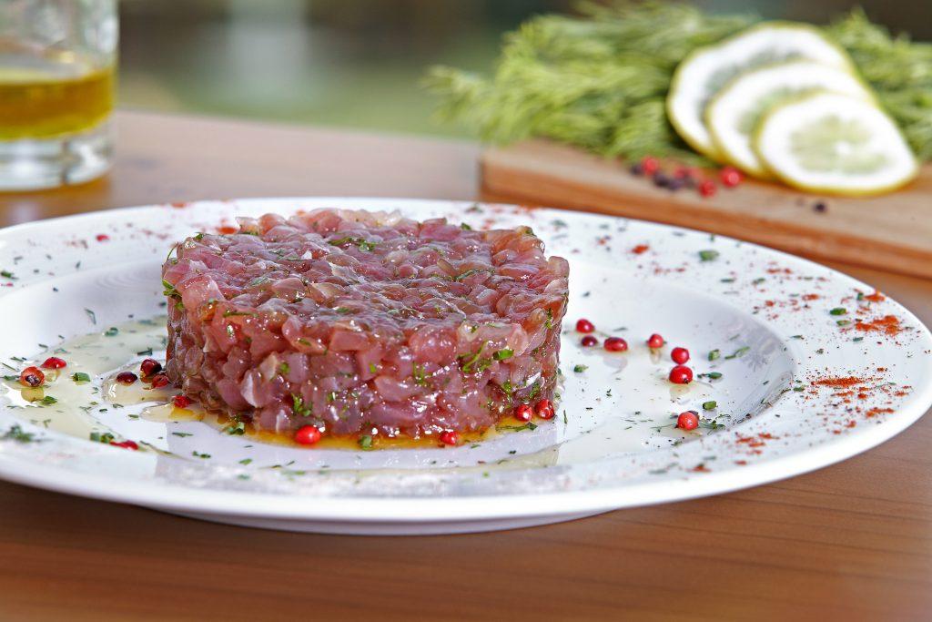 تارتار الأسماك من مطعم فلوكا