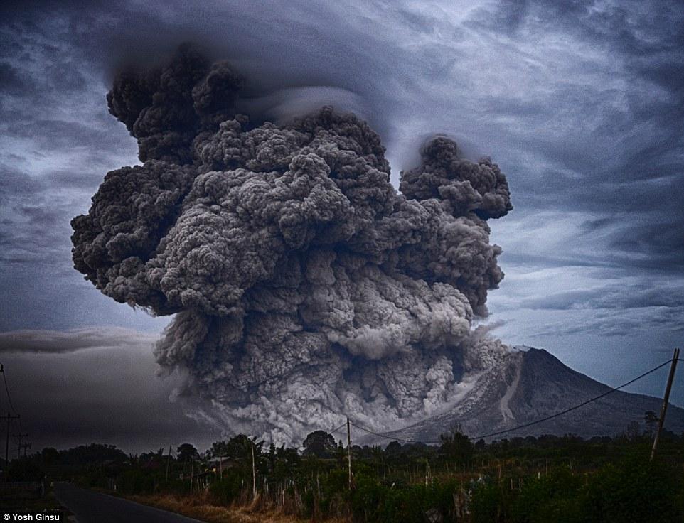 جبل سينابونج في إندونيسيا