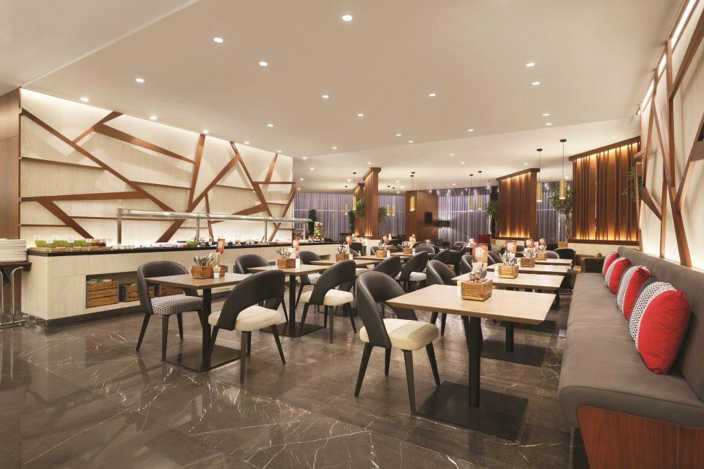 مطعم LOCAL في تريب باي ويندام دبي