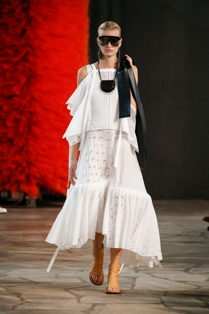 مجموعة الملابس النسائية الجديدة لعلامة LOEWE