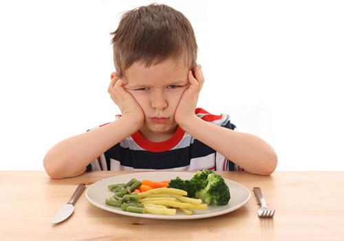 كيف تجعلين طفلك يتناول الطعام الصحي والمتوازن