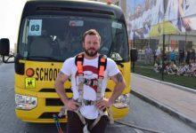 Photo of شاهد بالفيديو رجل يجر حافلة مدرسية بطلابها في دبي