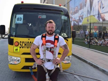 شاهد بالفيديو رجل يجر حافلة مدرسية بطلابها في دبي