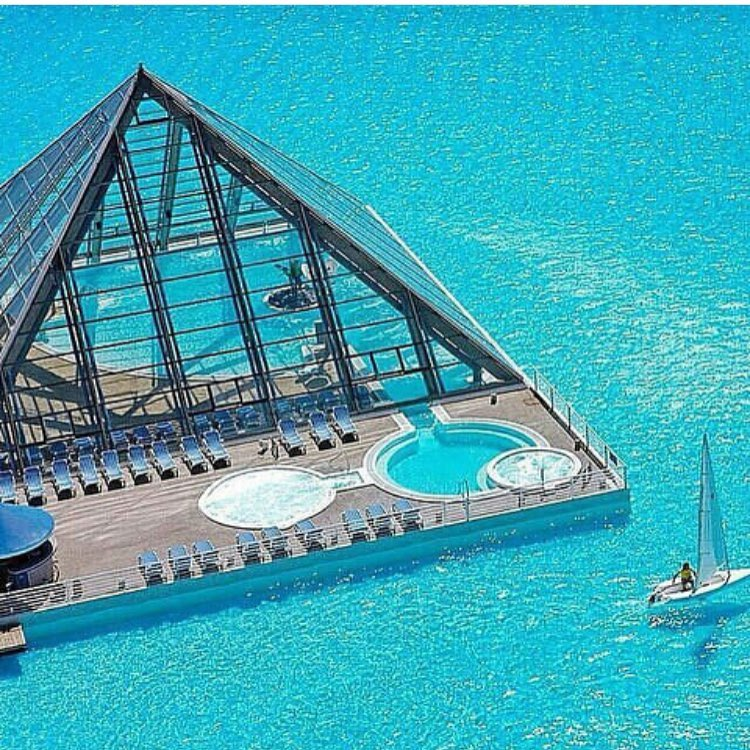 إفتتاح أول حوض سباحة عائم في دبي