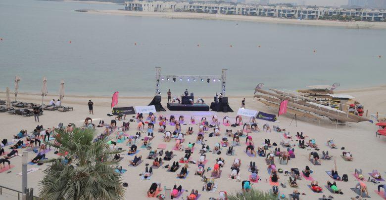 فعالية كور بيتس لليوجا الشاطئية وحفل اللياقة البدنية