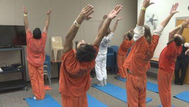 Photo of دروس في التأمل واليوجا للسجناء في دبي !!